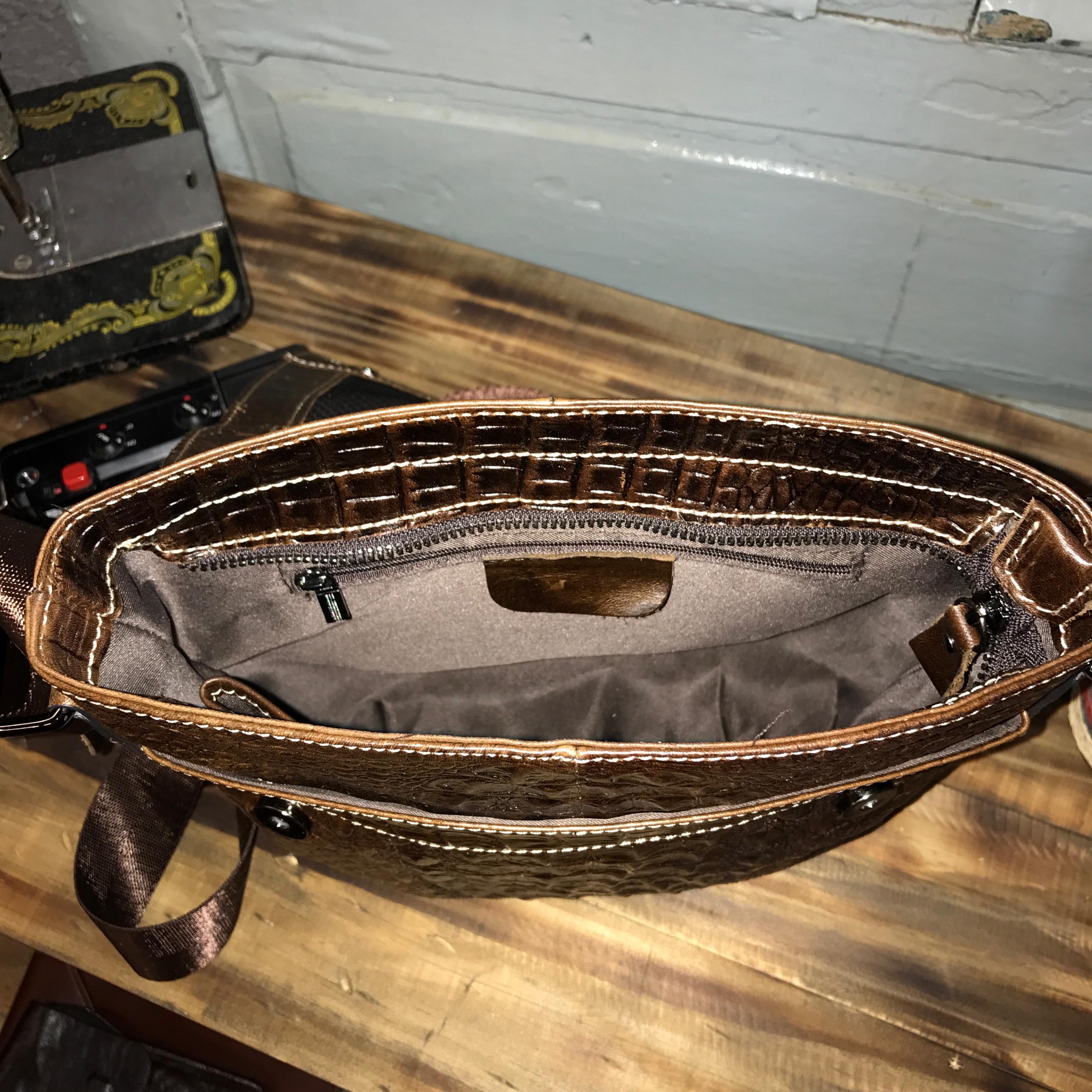 Túi chéo da bò vân cá sấu 402 chất liệu da bò sáp bơ được dập vân cá sấu màu nâu cafe. Kiểu dáng thời trang lịch sự gọn gàng đựng ipad 9.7'